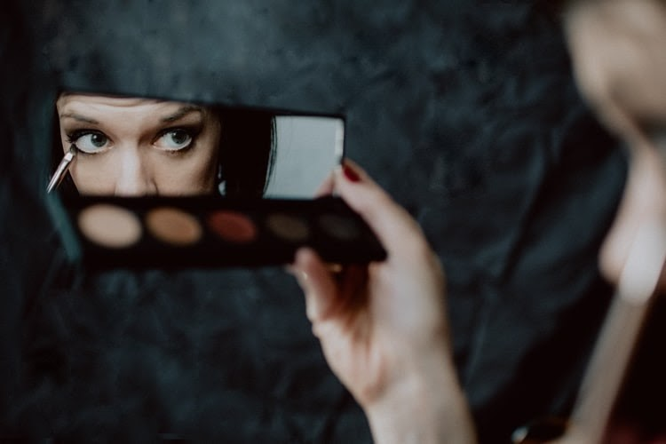 Make-Up Tips For Girls With Poor Vision